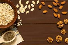 与坚果的燕麦粥在棕色背景的碗 库存图片