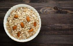 与坚果的燕麦粥 在一张木桌上的燕麦粥 燕麦粥顶视图 免版税图库摄影