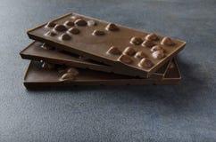 与坚果的牛奶巧克力在桌上 库存照片