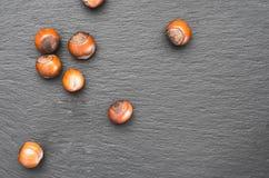 与坚果的美丽的照片在aslate盘 自然本底 顶面wiev 免版税图库摄影