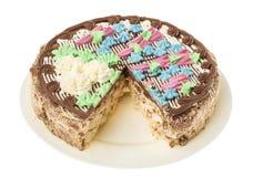 与坚果的蛋白甜饼蛋糕,装饰用从奶油的色的花 免版税库存图片