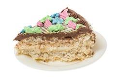 与坚果的蛋白甜饼蛋糕,装饰用从奶油的色的花 库存照片