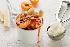 与坚果的鲜美新鲜的冷的开胃香草冰淇淋,杏子 库存图片