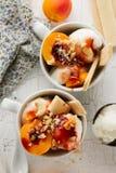 与坚果的鲜美新鲜的冷的开胃香草冰淇淋,杏子 免版税图库摄影
