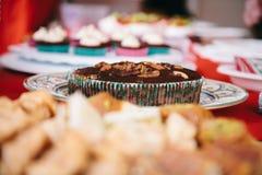与坚果顶部的圣诞节布丁  免版税库存图片
