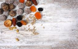 与坚果,干果子的五颜六色的健康自创糖果 免版税图库摄影