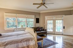 与坚硬木地板的雅致的卧室内部 免版税库存照片