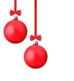 与垂悬在一条红色丝带的弓的红色Ñ  hristmas球截去p 库存图片
