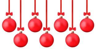 与垂悬在一条红色丝带的弓的红色Ñ  hristmas球截去p 免版税库存照片