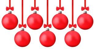 与垂悬在一条红色丝带的弓的红色Ñ  hristmas球截去p 库存照片
