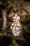 与垂悬在圣诞节tre的围巾的圣诞节玩具北极熊 免版税库存图片