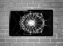 与垂悬在墙壁上的残破的屏幕的黑屏LCD电视 免版税库存照片