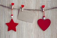 与垂悬在木后面的一个空插件的圣诞节装饰 图库摄影