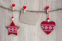 与垂悬在木后面的一个空插件的圣诞节装饰 库存图片