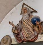 与垂悬在艺术演播室的墙壁上的蜘蛛网的艺术性的上帝雕象艺术品 免版税图库摄影