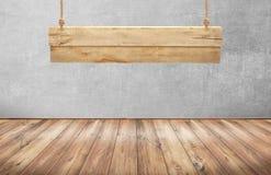 与垂悬木标志的木桌 库存图片