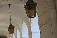 与垂悬的光的白色曲拱 免版税库存图片