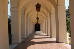 与垂悬的光的白色曲拱 免版税库存照片