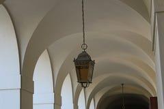 与垂悬的光的白色曲拱 库存图片
