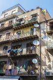与垂悬的老大厦在巴勒莫穿衣在西西里岛,意大利 库存照片