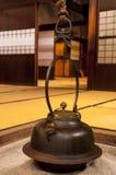 与垂悬的茶罐的传统日本家庭内部 免版税库存图片