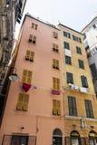 与垂悬的洗衣店的典型的意大利大厦在热那亚 库存图片