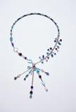 与垂饰的蓝色蛇皮革链子项链 免版税库存图片