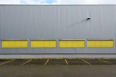 与垂直和horizantal线的大厦背景 免版税库存照片