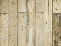 与垂直的委员会的老棕色木背景 免版税库存照片