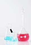与垂直的液体的实验室玻璃器皿 免版税库存照片