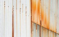 与垂直的铁锈污点的金属房屋板壁 免版税库存照片