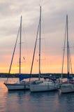 与垂直的风船的日落 免版税库存图片