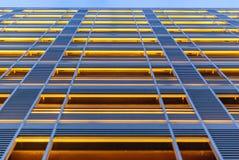 与垂直线的现代建筑学门面 图库摄影