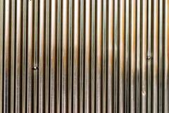 与垂直线的精采金属表面,以抓痕 免版税库存照片