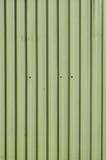 与垂直线的金属房屋板壁 免版税库存照片