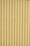 与垂直线的金属房屋板壁 免版税图库摄影