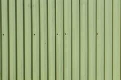 与垂直线的金属房屋板壁 库存照片