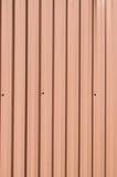 与垂直线的金属房屋板壁 库存图片