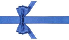 与垂直被削减的末端的相称蓝色弓在带 免版税库存图片