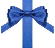 与垂直裁减末端的蓝色弓在丝带关闭 免版税库存照片