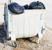 与垃圾袋的垃圾桶 免版税库存照片