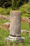 与垫座-奥斯蒂Antica罗马的残破的专栏 免版税库存照片