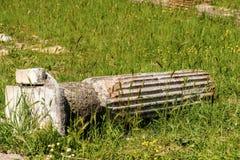 与垫座-奥斯蒂Antica罗马的残破的专栏 库存图片