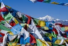 与埃佛勒斯峰,西藏的祷告标志 免版税库存图片