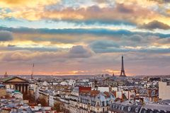 与埃佛尔铁塔的巴黎人地平线在日落 免版税库存照片