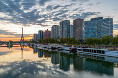 与埃佛尔铁塔的巴黎地平线在背景中在巴黎,法国 图库摄影