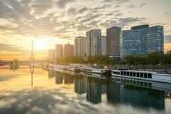 与埃佛尔铁塔的巴黎地平线在背景,法国中 库存图片