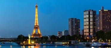 与埃佛尔铁塔,码头de Grenelle在晚上,巴黎,法国的全景巴黎都市风景 免版税库存图片