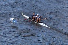 与埃里克列弗的CBC划船和乔Linhoff在查尔斯赛船会人的主要双头赛跑  库存图片