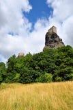 与城堡塔的高火山的峭壁 库存图片
